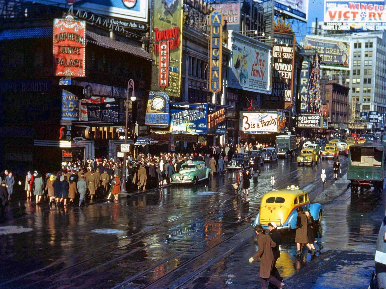 Looking north from 46th and Broadway, Times Square, New York City ca. 1943