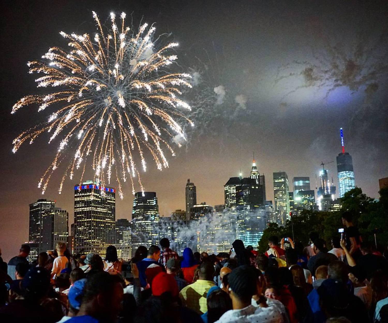 Happy Birthday America!  #4thofjuly #fireworks #nyc #nycprimeshot  Sony A7ii /  Ziess 35mm F2.8  /  F2.8   / 35mm  /  SS  1/30  /  ISO 4000  #sonya7ii #sonyimages   #travel #travelgram #instatravel #sonyalpha #lonelyplanet #natgeotravelpic #travelstoke #m