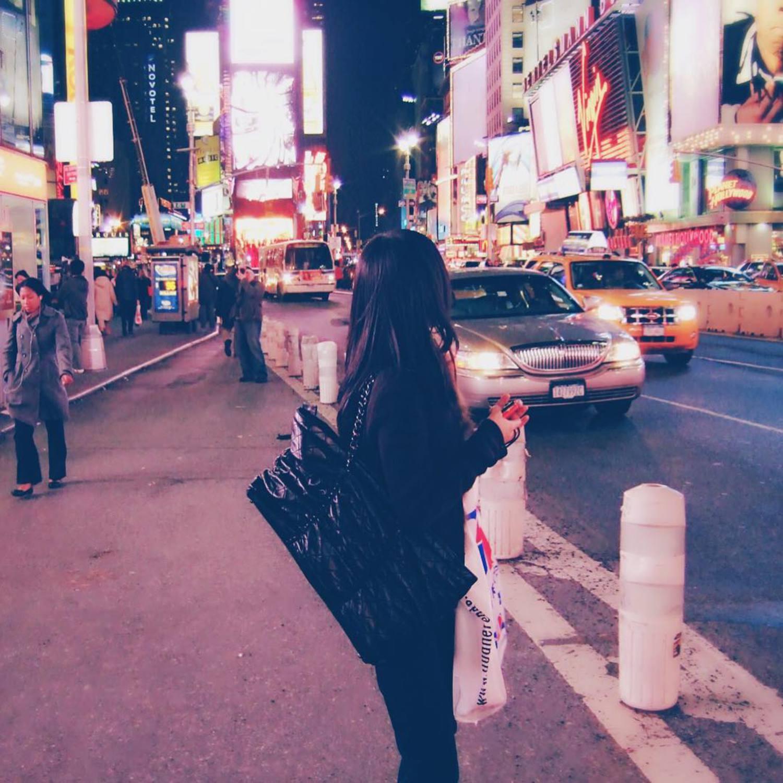 떠나고 싶은데, 당분간 그럴 일이 없을 것 같아서 지난 여행 사진 보면서 추억팔이 :) 9년 전 뉴욕 ! 과거에도 지금도 뒷모습이 젤 예쁘네 :p #여행스타그램 #뉴욕 #NYC