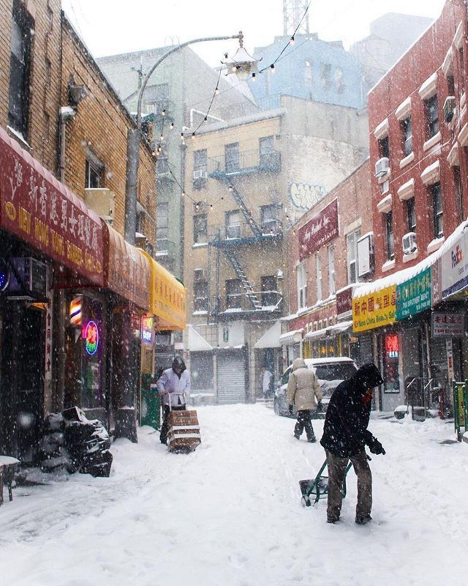Chinatown, New York. Photo via @juliansilvermanphotos #viewingnyc #newyorkcity #newyork #nyc #snow #chinatown