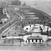 East River Park, and the future site of the FDR Drive after the park's opening in 1939. Previously a shipping yard, the new park planned by NYC master planner Robert Moses would be the largest green space in the lower-class, immigrant Lower East Side.  in 1960 the South Street boulevard between Jackson and 14th Street (seen on left) was converted into a parkway, connecting the recently constructed South Street Viaduct to the 14th Street viaduct section of the East River (now FDR) Drive. Six years later the East River Drive would become on continuous road from the Battery to 125th Street.  #fdrdrive #eastriverpark #lowereastside #robertmoses #nycplanning #urbanplanning #historicphotography #blackandwhite #nyc #manhattan #eastriverdrive