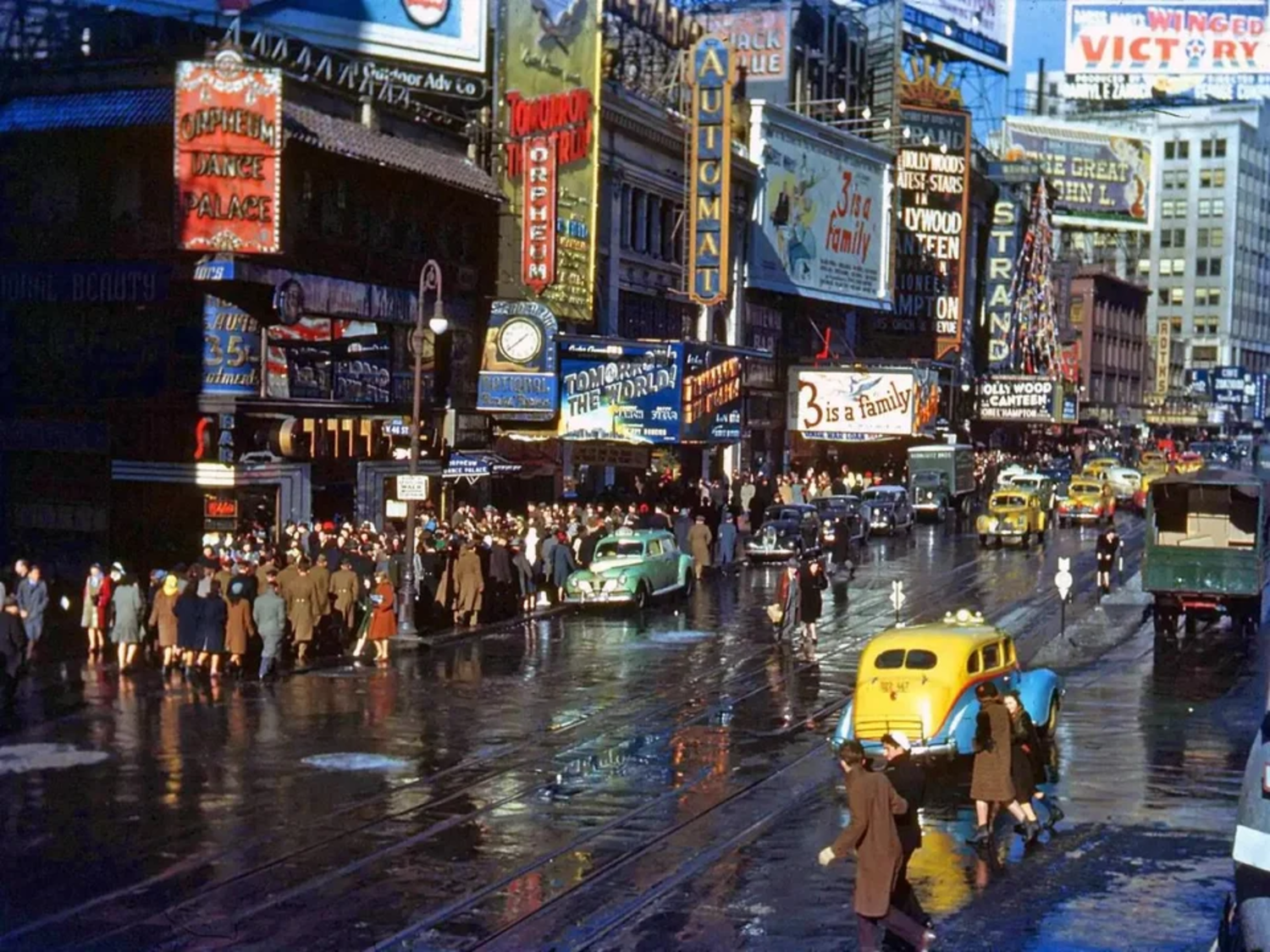 New York City in the 1940s - amazingly the photograph has not been colourised or artificially sharpened