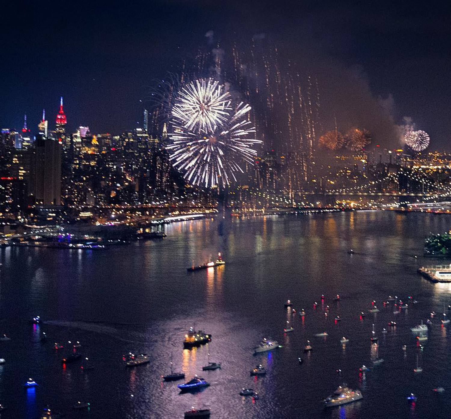 Because, this isn't not awesome. #fourthofjuly #nyc  #nycfireworks 🇺🇸