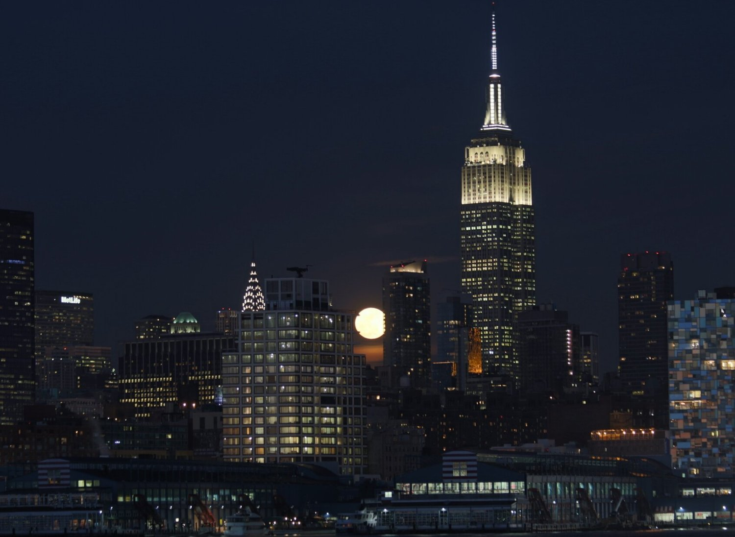 Tonight's Full Snow Moon rising above the skyline #NYC @EverythingNYC https://t.co/qomT54WrbW