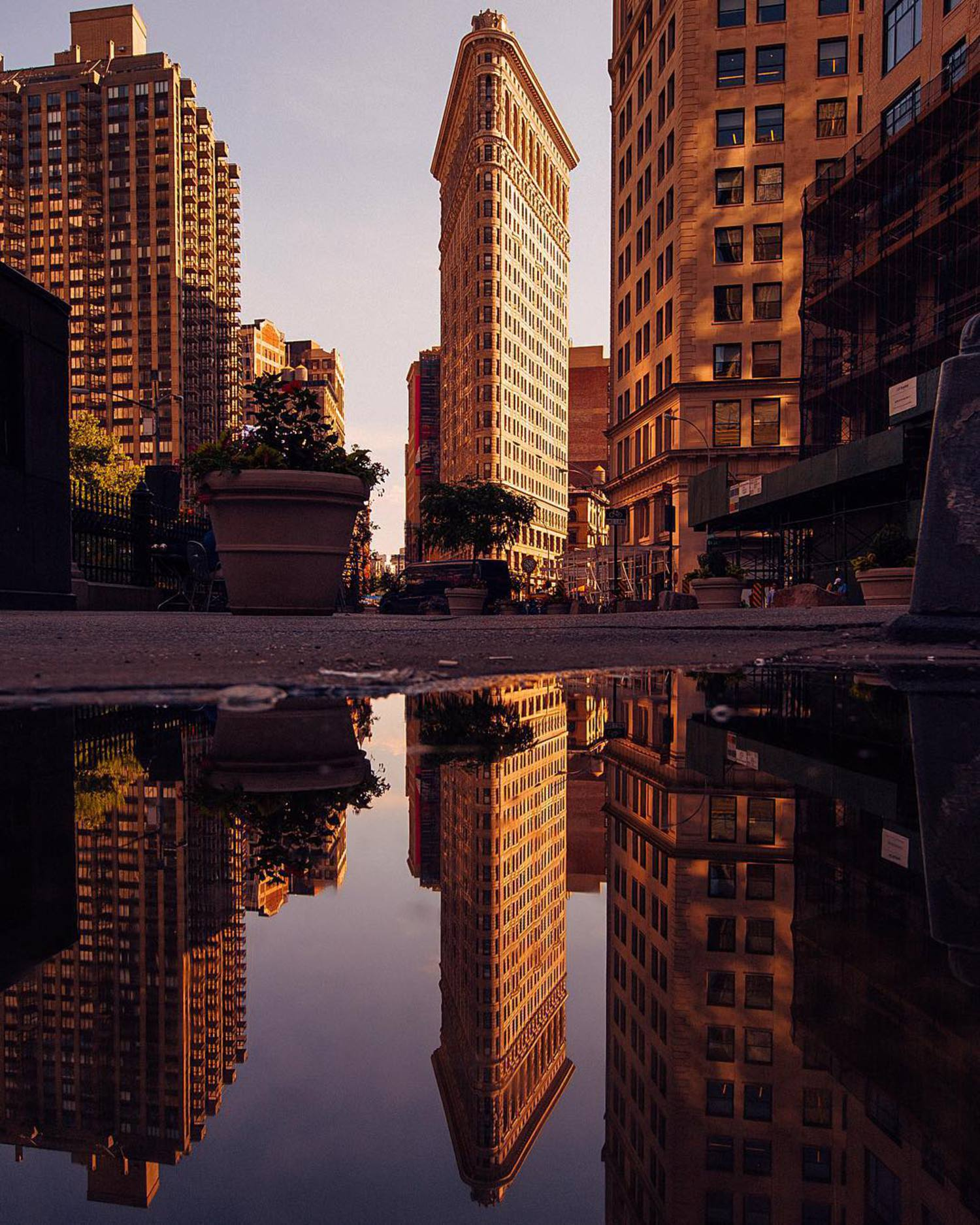 • Flatiron •  Who has fun plans this weekend? ❤️ Here's a photo of my favourite NYC building at sunset. Such a beautiful piece of architecture!  @beautifuldestinations #beautifuldestinations  @Canonuk 5D mk3 w/ 16-35mm f/4
