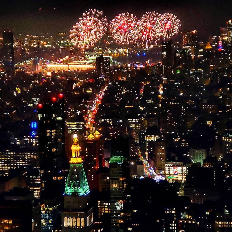 Happy 4th of July, America 🇺🇸 God Bless the USA and thank you @empirestatebldg for the opportunity and the hospitality, was fun. . . . #visitnewyork #travelblogger #ilovenewyork #newyorknewyork #nyc_explorers #thisisnewyorkcity #cityscape #empirestatebuilding #esb #nycskyline #skylineofnyc #manhattan #nyc #newyorkcity #abc7ny #way2ill #what_i_saw_in_nyc #nycgo #nyloveyou #nycprimeshot #newyork_instagram #icapture_nyc #travelnyc #topnewyorkphoto #made_in_ny #igersofnyc #bigapple #ig_nycity #instagram #newyork_ig @empirestatebldg @pier17ny @brooklynbridgepark @macys @what_i_saw_in_nyc