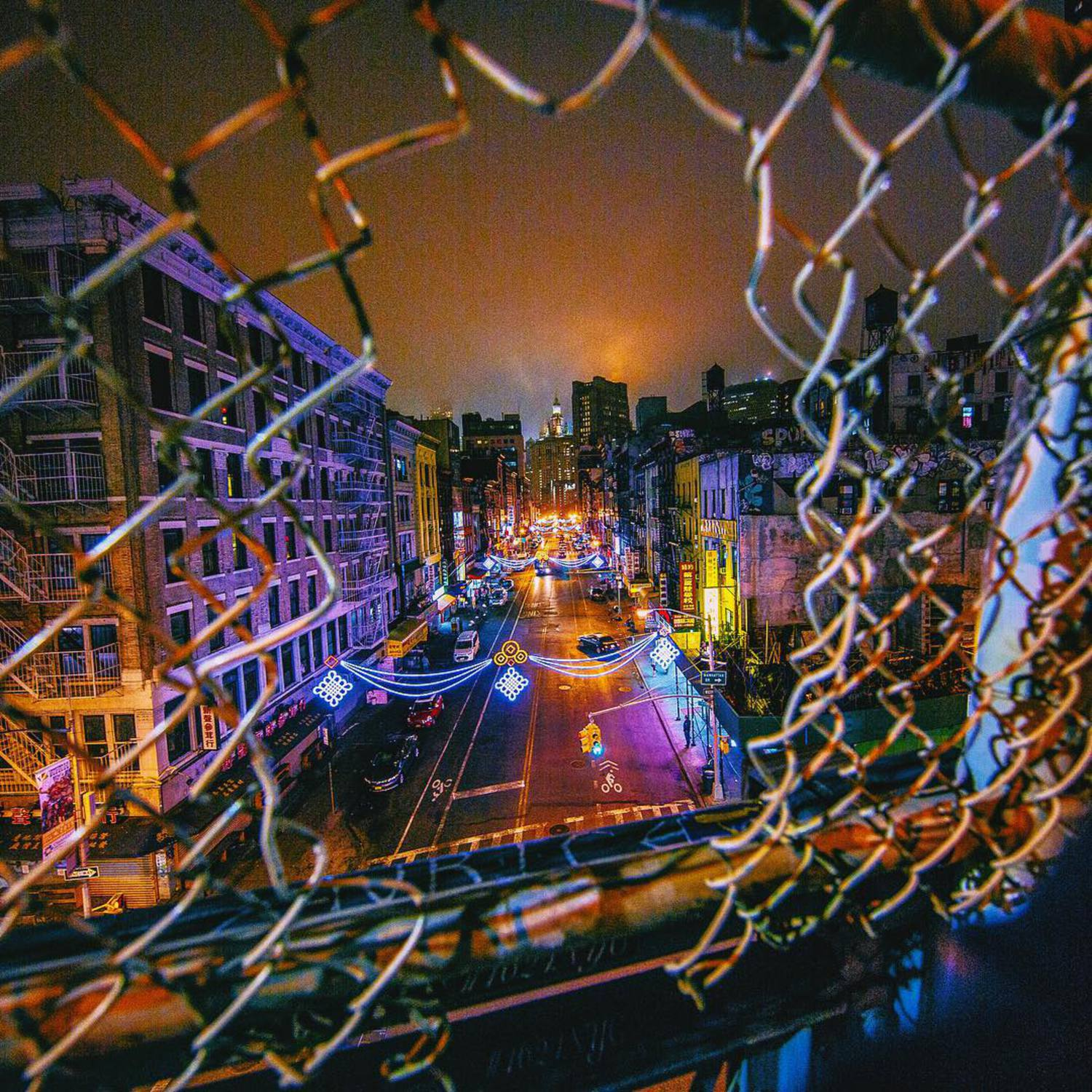 • THAT hole in the fence •  Anyone that knows NYC knows this particular hole in the fence on Manhattan Bridge and of course being the tourist that I am I had to get the shot as well! Shot on a late night with a great bunch of friends. 🙌🏼🇺🇸