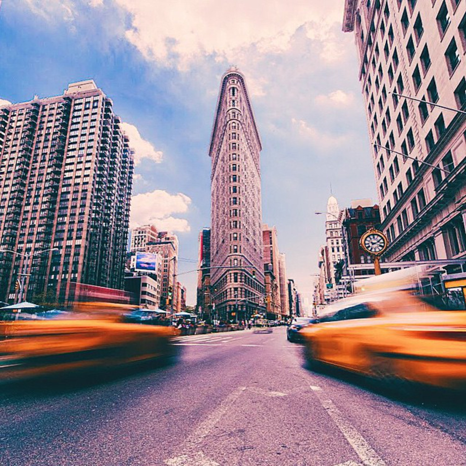 • Flatiron Building •  Here's my DSLR shot of the stunning Flatiron building in Manhattan! I love the design of this building and its a really New York icon in my eyes! This was made of 2 photos to capture both taxis! ☀️