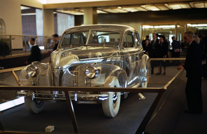General Motors displays a transparent car in its pavilion. The four-door Pontiac Deluxe Six is clad in Plexiglas.