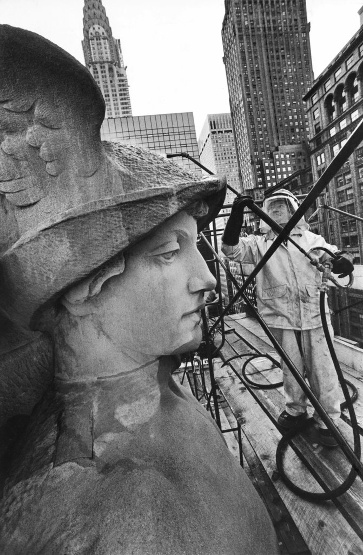 Nov. 5, 1980: A Grand Central Terminal bust receives a facelift of sorts, as workers remove dirt with sprinklers and steam.
