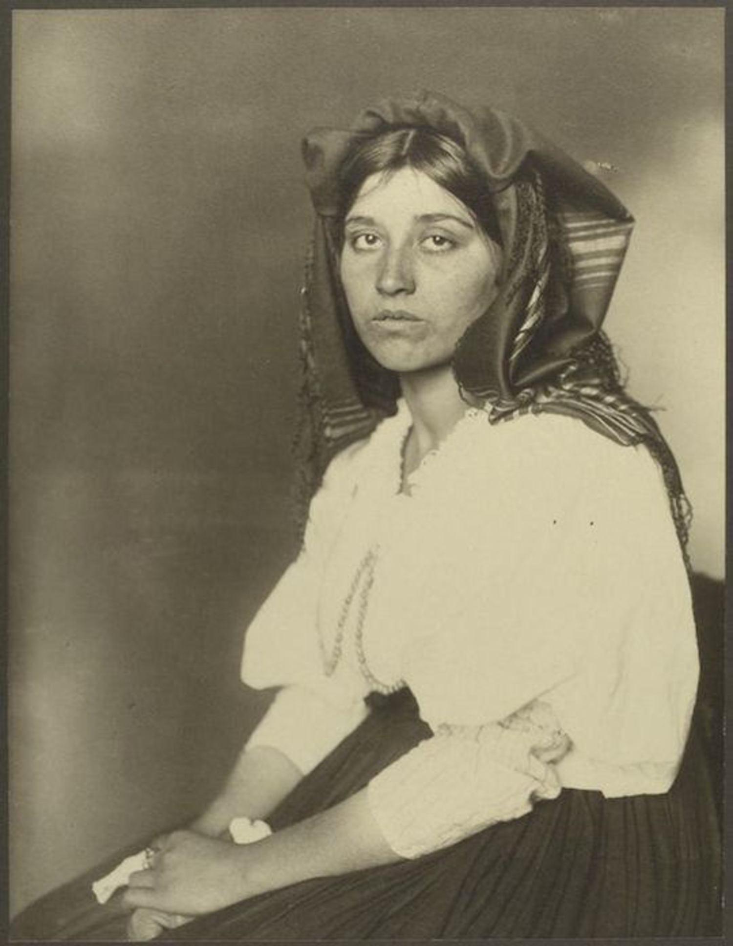 An Italian woman. Portraits for Ellis Island.