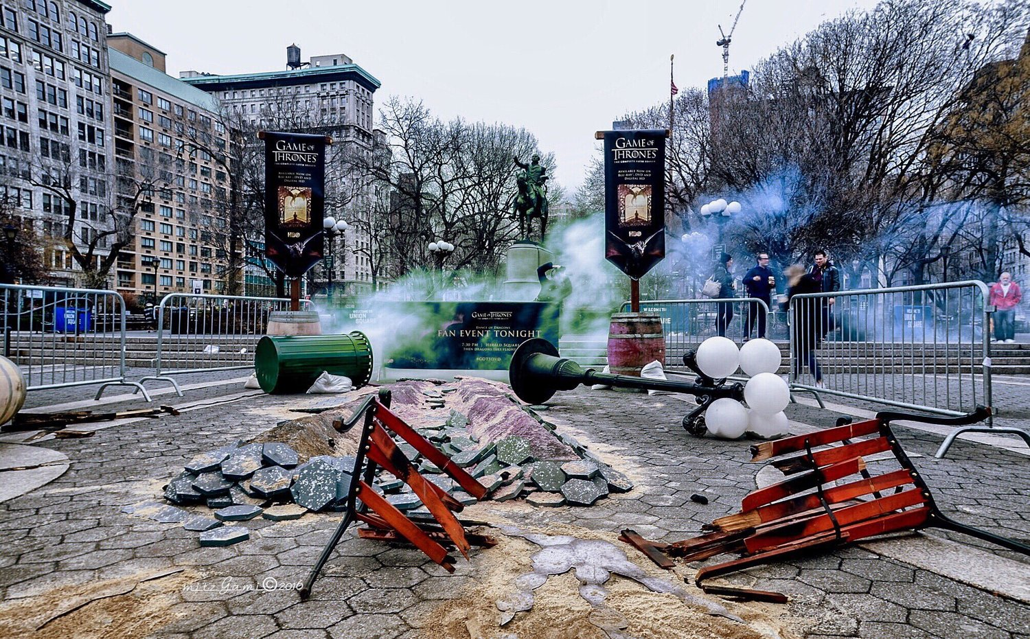 Up close at what the damage Dragon done in #UnionSquarePark this morning🐉🚧📛 @GameOfThrones #GOT5DVD #NewYorkCity https://t.co/GK9MmgRP7x