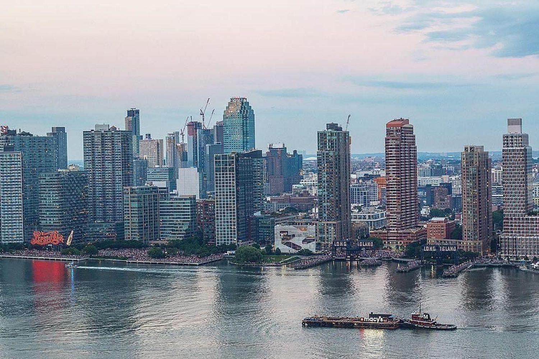 Long Island City, Queens, New York. Photo via @storrybook #viewingnyc #newyorkcity #newyork
