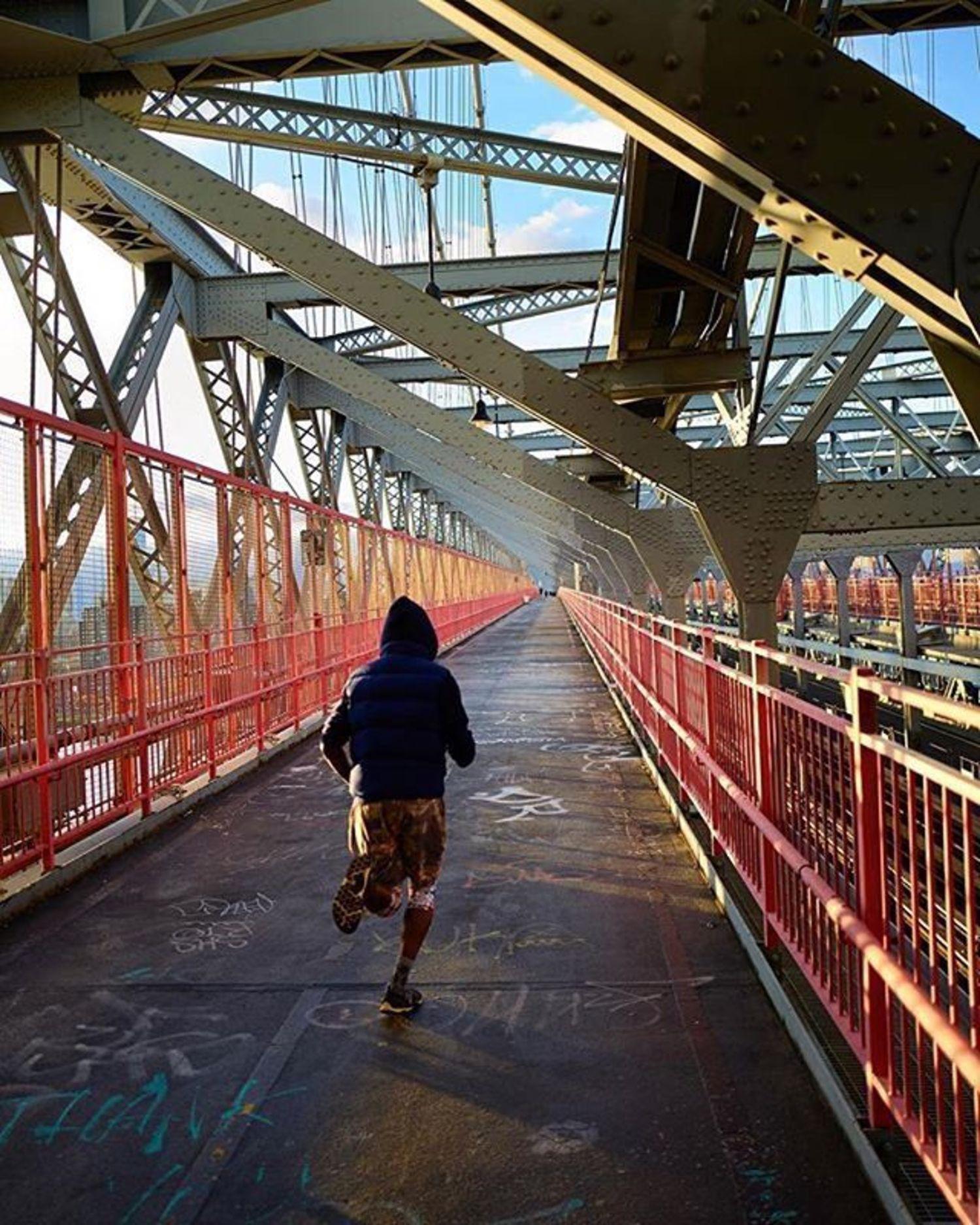 Williamsburg Bridge, New York. Photo via @steve.gomes #viewingnyc #newyork #newyorkcity #nyc #williamsburgbridge #running