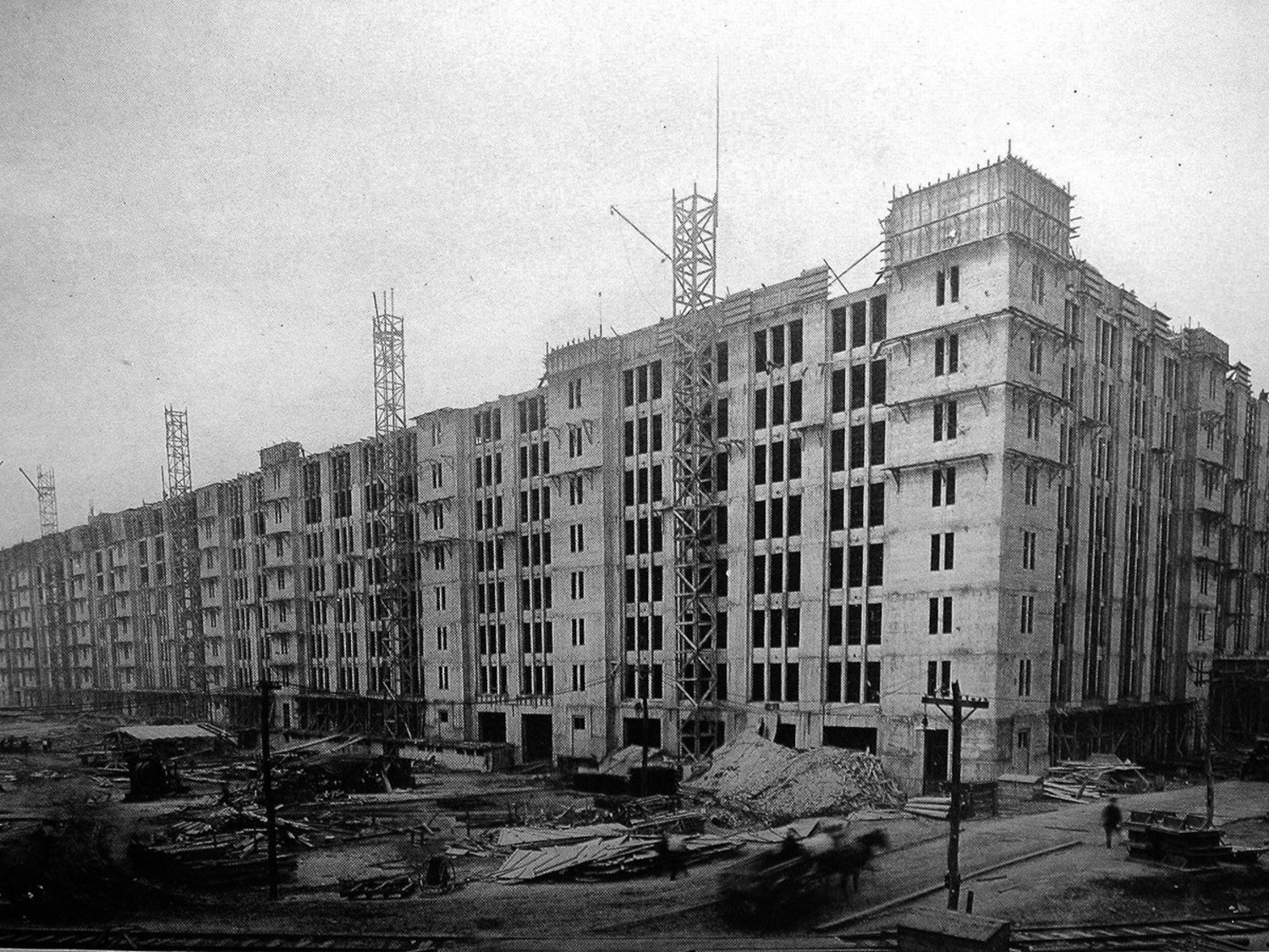 The complex was first commissioned in 1918 to help move supplies and soldiers for the US war effort in Europe. It wasn't finished until 1919, 10 months after the war ended. At the time, it was the largest reinforced concrete building in the world. Here's what it looked like then.