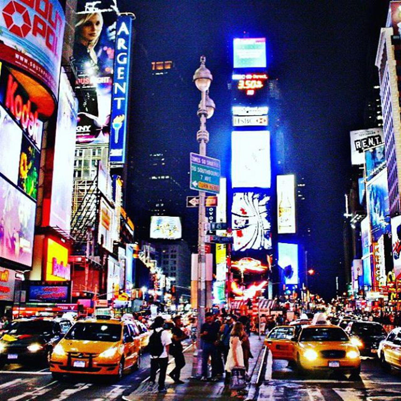 A Times Square é o lugar mais conhecido e famoso da cidade de NY. É uma calçada enorme que forma uma praça bem no coração de Manhattan, no cruzamento da famosa Broadway com a 7th Avenida. Todo mundo já viu a Times Square pelo menos uma vez em filmes americanos. É aquela rua enorme, toda iluminada com vários letreiros e propagandas de marcas e dos incríveis shows da Broadway. Chegando na Times Square, você vai realmente se sentir em New York e o lugar fica cheio de turistas o dia inteiro e não para de funcionar. Uma dica é você programar a visita para de noite, pois quando escurece a praça ganha vida com as centenas de letreiros e luzes que se acendem e formam um cenário incrível.  #timessquare #brooklynbridge #chargingbull #gopro3 #selfiegopro #manhattan #newyorkcity #newyork #goprobroficial #peoplewhodofunstuff #gotonyc #fantrip #usa #eua #trilha #roadtrip #centralpark #wallstreet #rockfellercenter #nyc #mochilao #turistei #amazingview #instatrip #travel_scout #instatraveler #lakeconstance #embarquenaviagem #instablog #instatraveling  Mais dicas? www.dicasnewyork.com.br