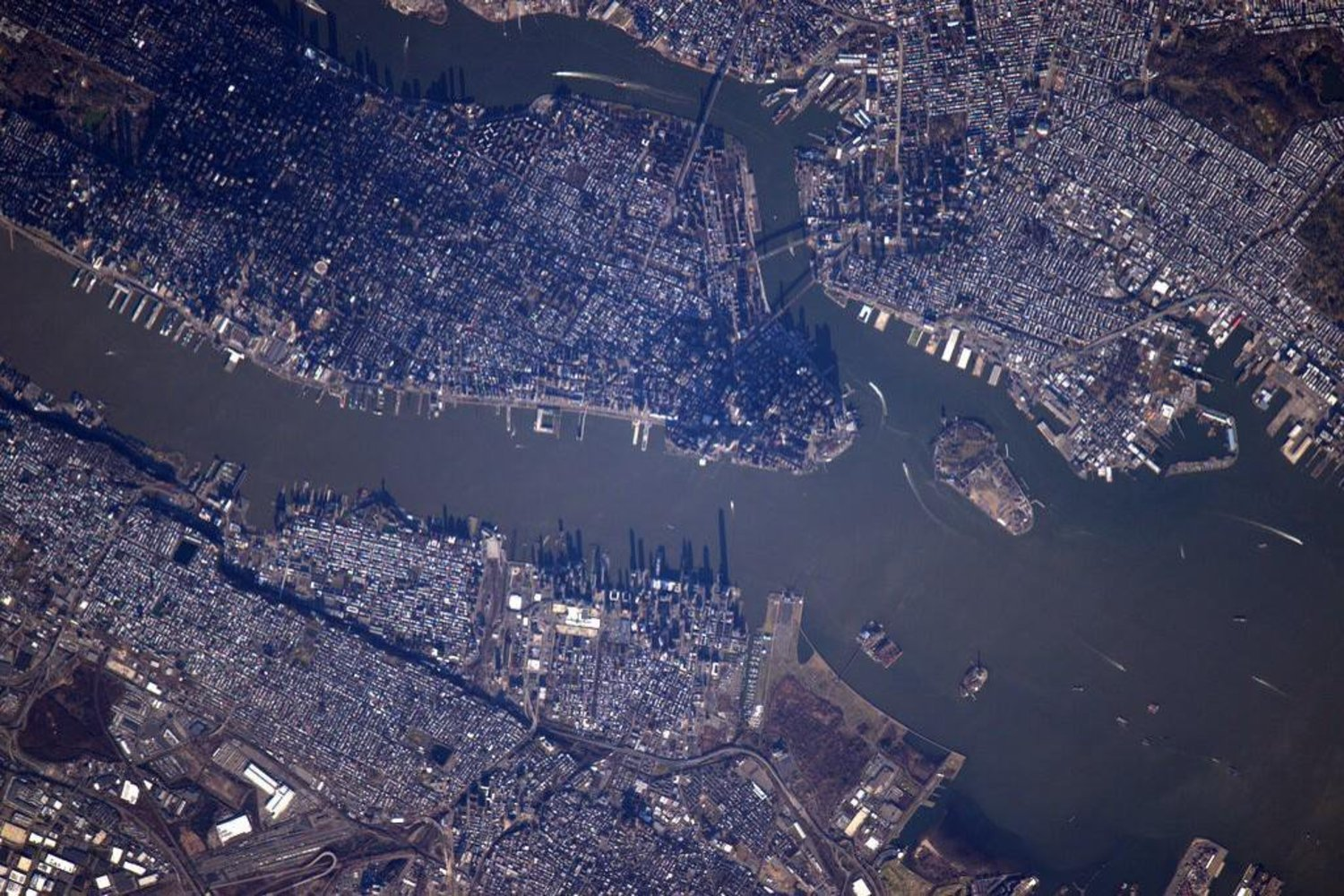 Just flew over #NYC. One of my favorite places on Earth and yes, we have a very big lens. #YearInSpace http://t.co/fZfwqSR9R4