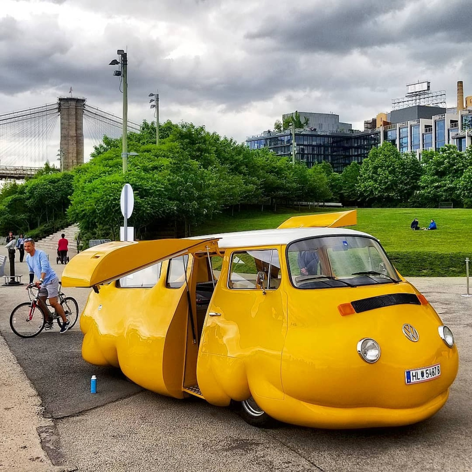 Free beef hot dogs every weekend from June 9 to August 26 at the @brooklynbridgepark #HotDogBus. This #vw #minibus by #Austrian @erwinwurm is opening tonight. . . . #brooklynbridgepark #brooklynbridge #erwinwurm #publicart #publicartfund #hotdog #summerinnewyork #wildnewyork#aussiesofinstagram #instanewyork#newyorkfood #peopleofnewyork #expatliving#travelideas #newyorksummer#amazingclouds#beautifullandscapes #travelnyc #aussieinnyc#whyilovenewyorkcity#what_i_saw_in_nyc #nyloveyou #nycityworld #loves_nyc #picturesofnewyork #newyork_instagram ❤️🇺🇸🇵🇫
