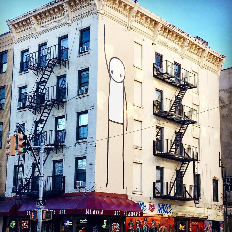 ¡Mira qué alto que soy!  #graffiti #grafitti #arteurbano #artecallejero #edificio #cielo #monigote #dibujo #linea #streetart #urbanart #building #sky #lineart #ny #nyc #manhattan