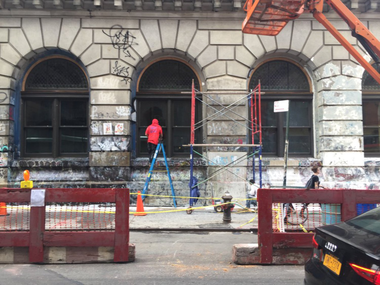 They're removing the graffiti from 190 Bowery.