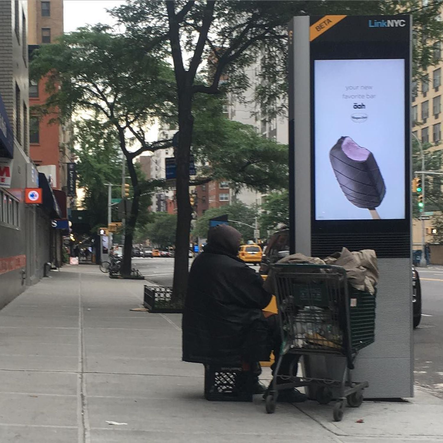 "#homeless charging phone #linknyc | via Instagram <a href=""http://ift.tt/28Zgpiv"" rel=""nofollow"">ift.tt/28Zgpiv</a>"