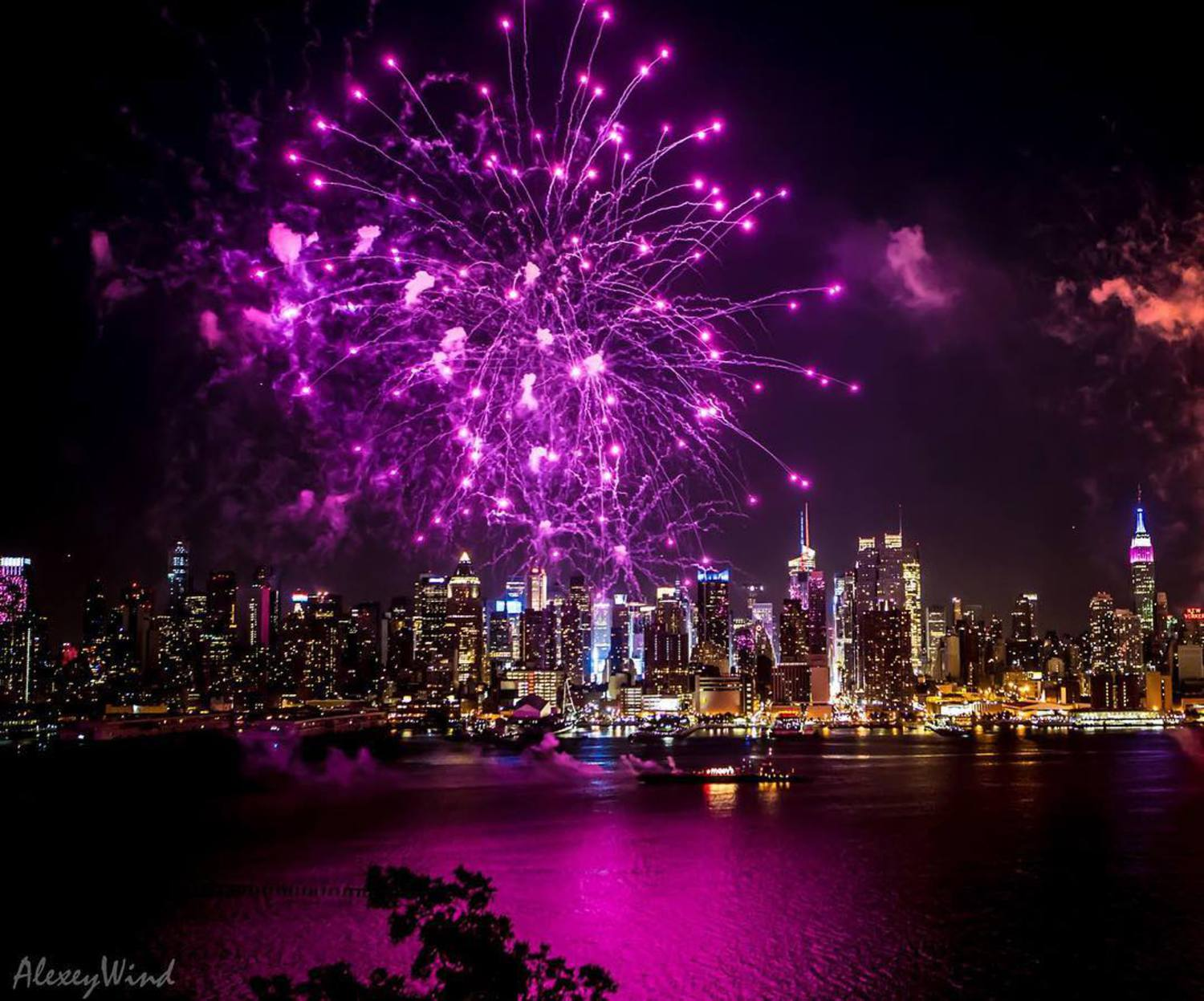 Happy B-Day USA!! 🇺🇸🎉🌃🎆🗽 #nycfireworks #4thofjuly #4thjuly #independenceday #manhattan #nyc #ilovenewyork #nyclove